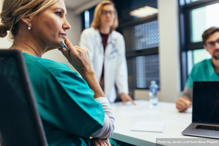 Professionnelle de santé en réunion avec ses collègues