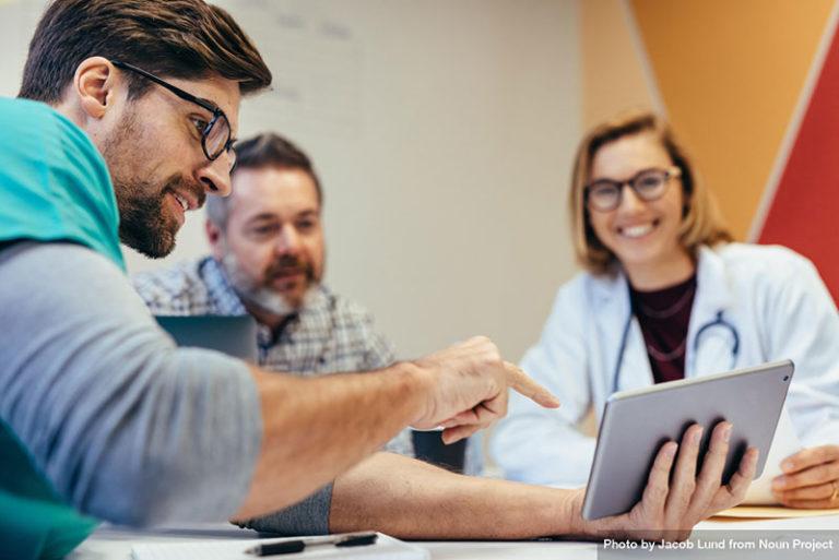 Professionnel de médecine en réunion de coordination