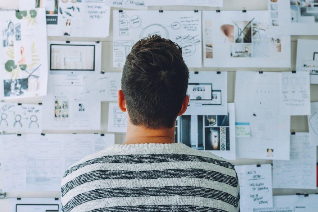 Homme réfléchissant au design et aux besoins
