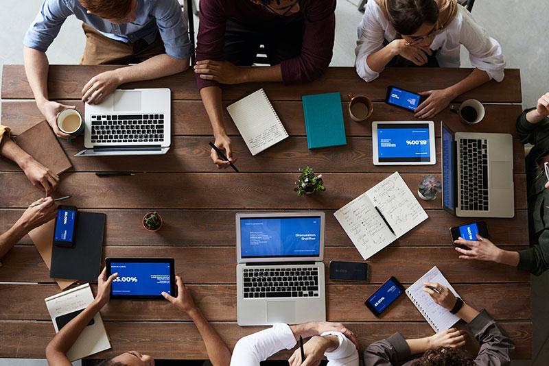 Réunion professionnelle collective avec outils numériques